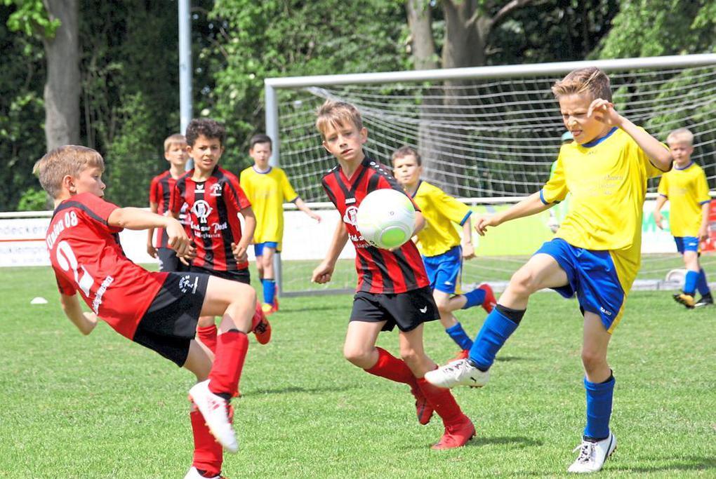 Die F-Junioren von Union Lüdinghausen (l.), hier im Duell mit dem SV Herbern, scheiterten erst im Finale an Eintracht Münster. Foto: L. Lenfers-Lücker