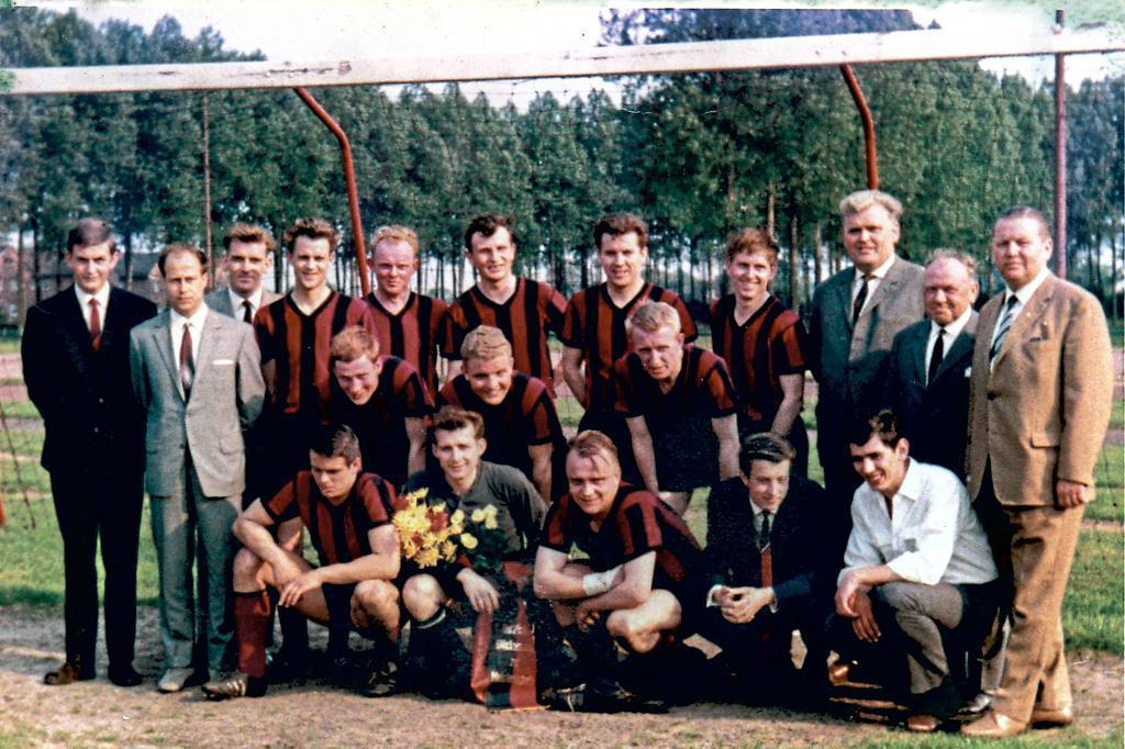 Meister der Bezirksklasse 1966 (o.v.l.): Bernd Hiegemann, Heinz Bieberneit, Josef Krey, Ferdi Ambrosi, Manfred Zakrzewski, Manfred Fritsch, Hans-Walter Growe, Karl-Heinz König, Theo Krey, Bernhard Malkemper, Heinz Weiland; (M.v.l.) Alfons Baumeister, Werner Langenkämper, Anton Richter; (u.v.l.) Ewald Hecker, Leuthold Lezius, Günther Gogräfe, Walter Möllerfeld und Uwe Kausche.