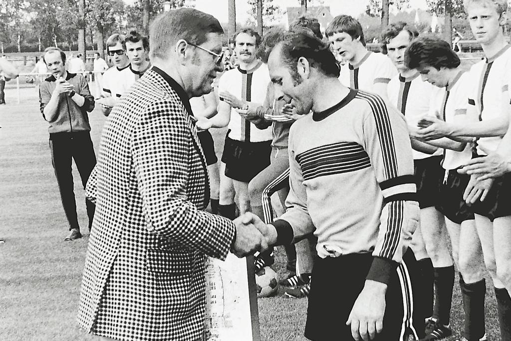 Der damalige Union-Chef Heinz Weiland (l.) verabschiedete 1979 den langjährigen Keeper. Bis ins hohe Alter war Leuthold Lezius als Referee im Einsatz (kl. Bild/r.). Foto: WN-Archiv