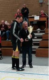 """Abteilungsleiter Werner """"Teddy""""Terstappen überreicht den Pokal"""