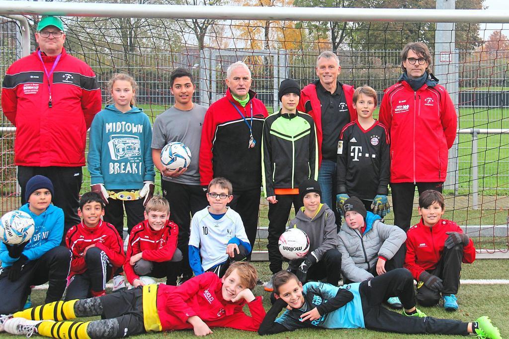 Jugendfußball für alle interessierten Kinder (hier die D3) – dafür steht Union-Jugendleiter Wolfgang Raabe (hinten 3.v.r.). Foto: Bastian Becker | WN