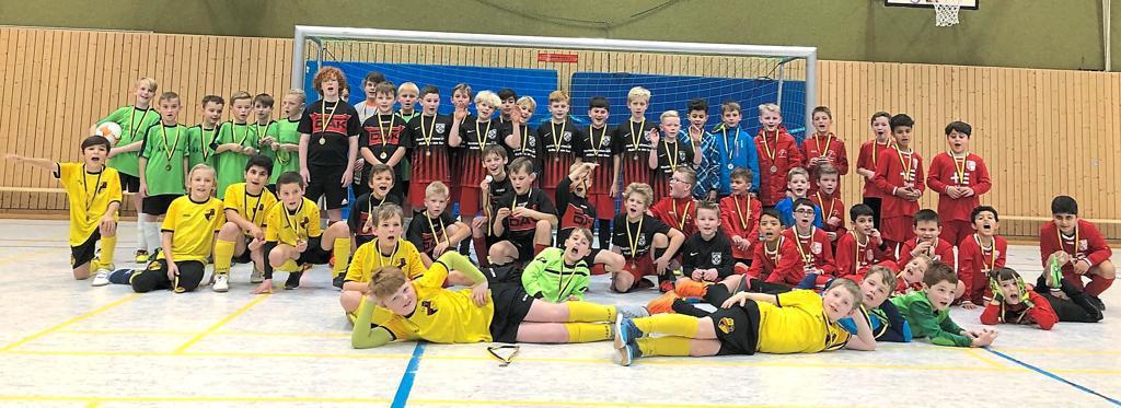 Ein Sieger (der SV Drensteinfurt), ganz viele Gewinner: die Teilnehmer des E2-Turniers, darunter Gastgeber Fortuna Seppenrade und Union Lüdinghausen. Foto: Fortuna