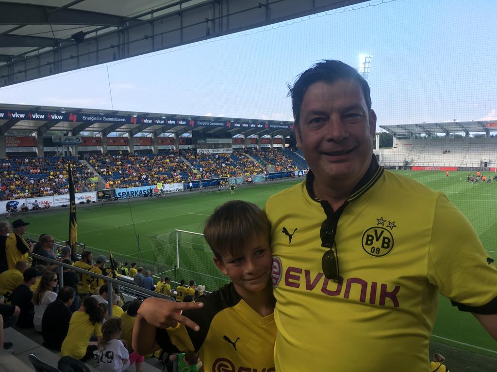 """Vater und Sohn geniessen """"Schwatt-Gelb"""""""