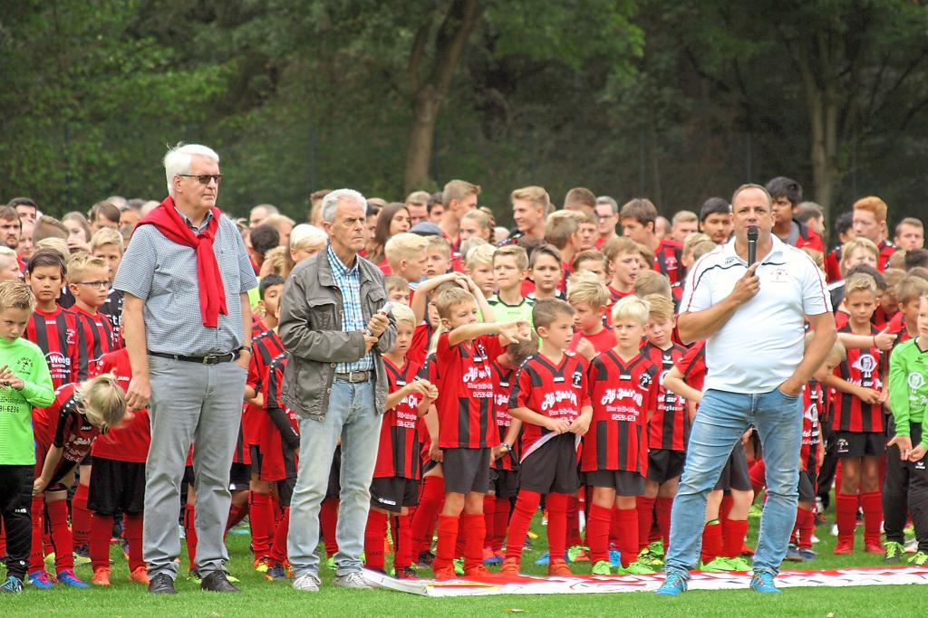 Über 400 Kickerinnen und Kicker der Fußballabteilung aller Altersgruppen von Union 08 Lüdinghausen kamen am Sonntag beim Aktionstag im Westfalenring-Stadion zusammen. Foto: Arno Wolf Fischer |WN