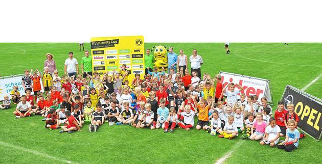 """Gemeinsam mit BVB-Maskottchen """"Emma"""" versammelten sich die jungen Kicker zum Gruppenfoto auf dem Rasengrün. Gespielt wurde in 19 Familienteams mit bis zu 15 Mitgliedern Foto: miro"""